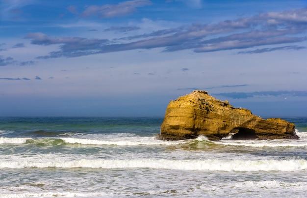 フランス、ビアリッツ近くの大西洋の岩