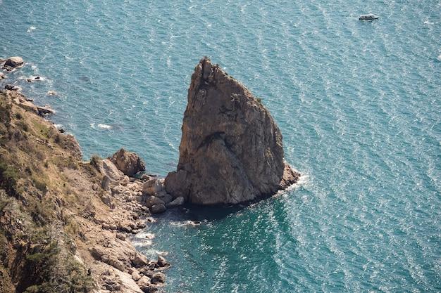 Скала в море с высоты птичьего полета спокойный океан