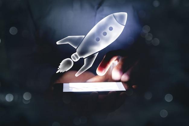 전화기 위에 로켓이 있습니다. 시작 개념