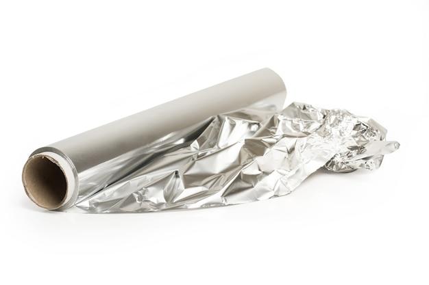 Рулон алюминиевой бумаги, изолированные на белом фоне