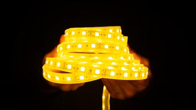 어둠 속에서 빛나는 led 스트립의 롤.