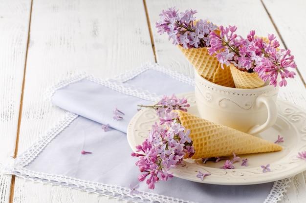 あなたの最愛の人への贈り物としてのライラックのロマンチックな花束