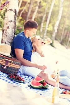 Романтическая пара пикник на пляже