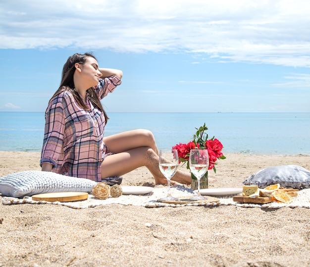 해변의 모래 사장에서 낭만적 인 피크닉. 여름 휴가의 개념.