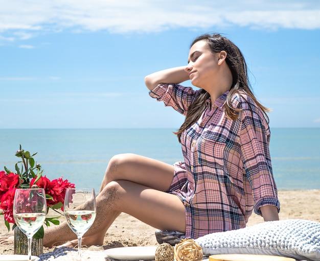 ビーチの砂浜でのロマンチックなピクニック。夏休みのコンセプト。