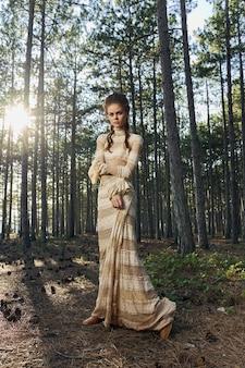 Романтичная женщина в платье гуляет по парку сказочная принцесса-модель.