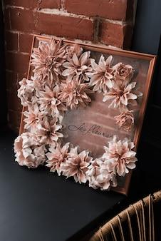 造花で飾られた部屋。装飾オプション。花の構成