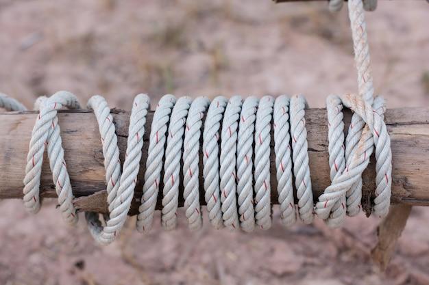 ロープは、フェンスのポストの周りの結び目に結ばれています