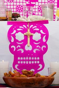 メキシコの家で提供される典型的なメキシコの死者の日の数珠