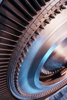 터보 제트 가스 터빈 엔진의 블레이드가있는 로터 디스크, 내부보기. 터빈의 요소, 세부 사항 및 메커니즘. 에너지 및 기계 공학