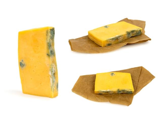 다른 면이 곰팡이로 덮인 썩은 치즈 조각 부적절한 보관의 결과