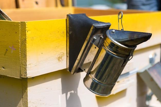 정원의 개인 양봉장에 있는 벌집 행. 꿀산업.