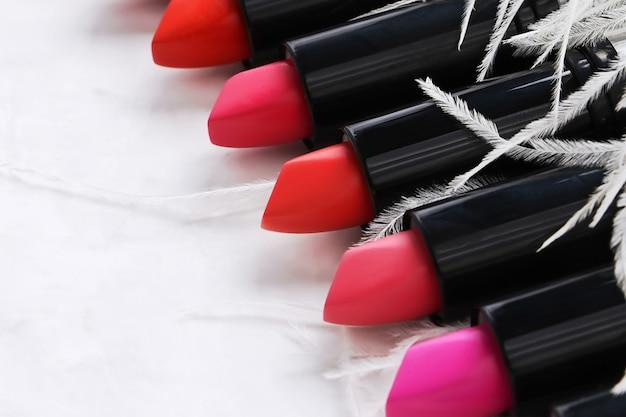 マルチカラーの口紅の列。化粧品のコンセプト。
