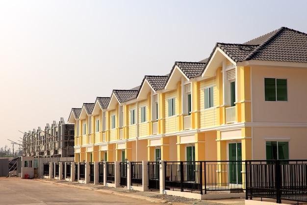 다채로운 페인트가 칠해진 새로운 연립 주택의 행