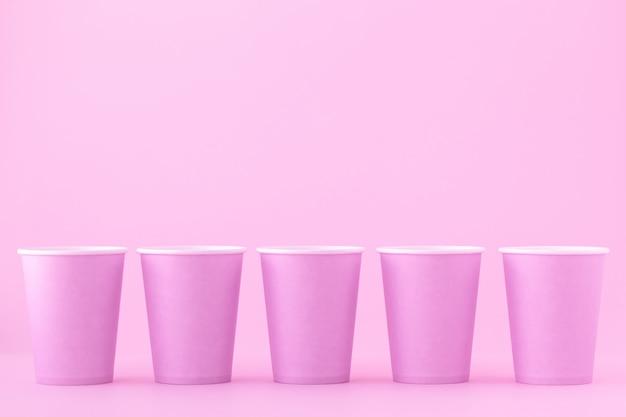 분홍색 일회용 종이컵. 추상화, 독창적 인 간결한 디자인. 텍스트에 대 한 빈 자리 이랑입니다. 공간을 복사하십시오.