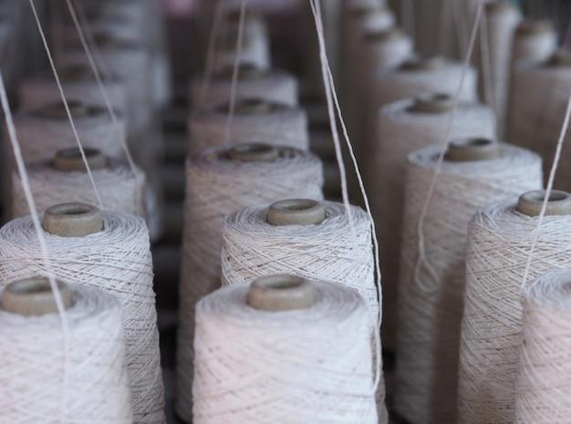 工場内の繊維産業のチューブの列