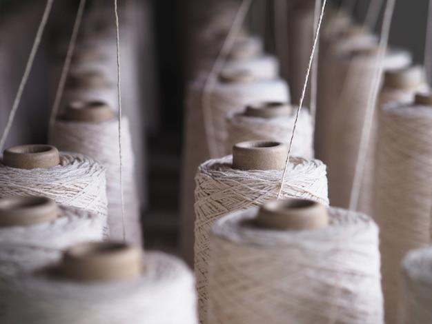 Ряд труб текстильной промышленности на фабриках