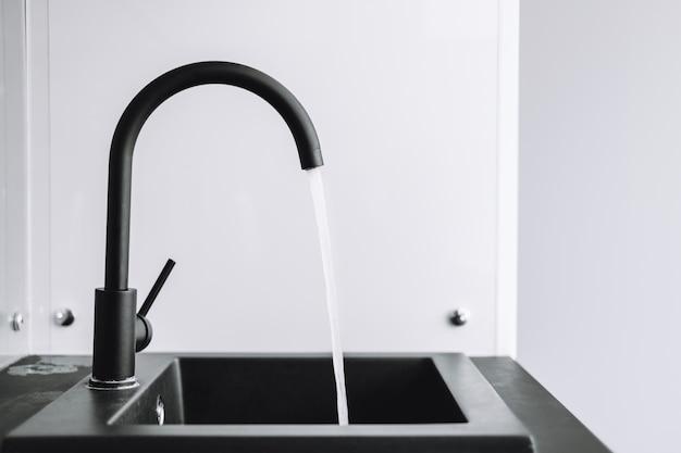 Водопроводный кран с водой на кухне