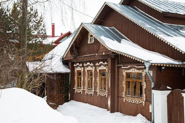 Русский деревянный дом, покрытый снегом