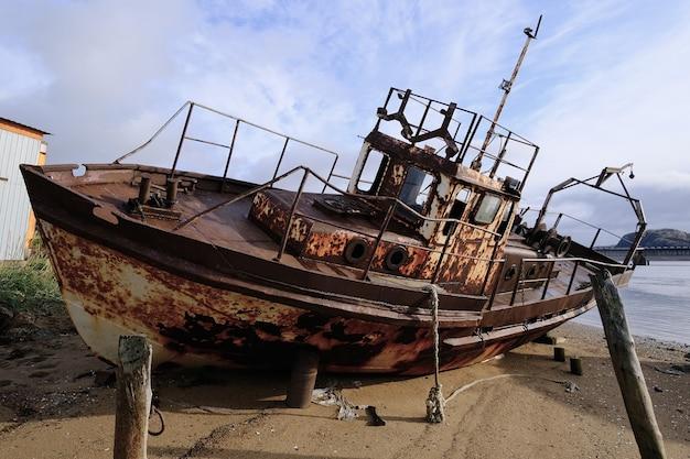 백해의 해안에 녹슨 보트. 배가 좌초되었습니다. 북쪽.