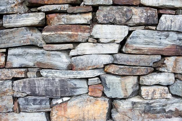 さびた灰色の石の壁の背景