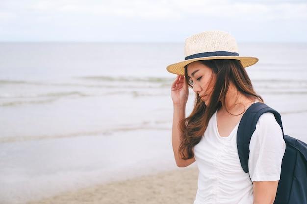 바다에 혼자 서 있는 슬픈 여자