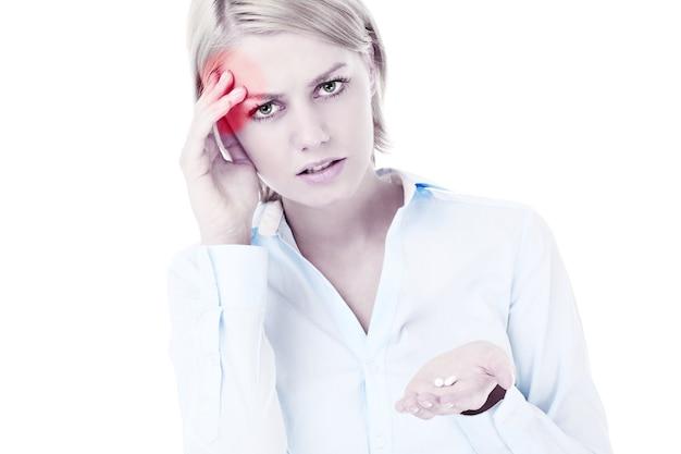 Грустная женщина страдает от головной боли на белом фоне