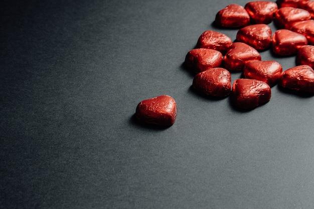 Макет святого валентина с красочными красными сердечками на темно-черном фоне для дня любви с копией пространства