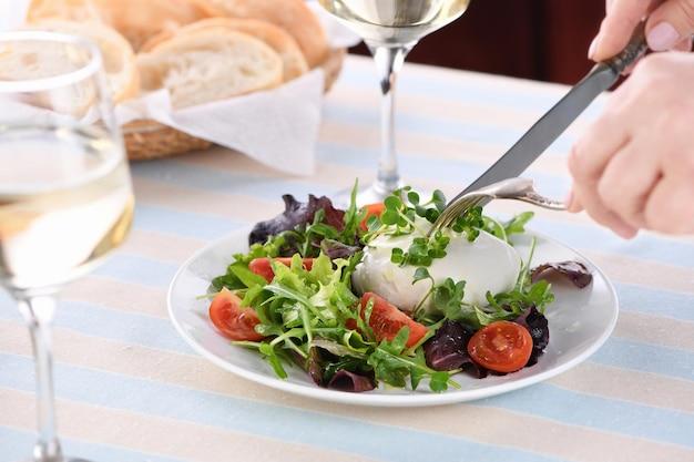レタス野菜のサラダは、緑の部分のルッコラ大根の芽とモッツァレラチーズを混ぜ合わせます