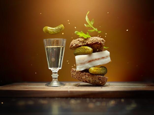 Бутерброд с летающими ингредиентами и стакан водки