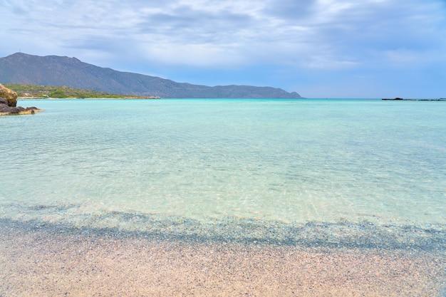 Песчаный пляж элафониси на острове крит с бирюзовой водой.