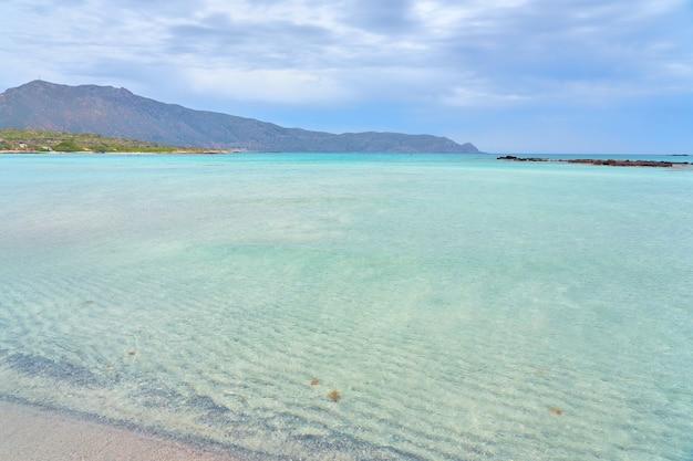 クレタ島の砂浜のエラフォニッシビーチとターコイズブルーの水。