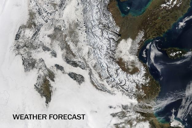 地球表面の衛星ビュー、天気予報の概念。 Premium写真