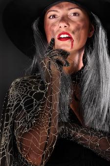 黒に対してあなたを見ている怖い魔女