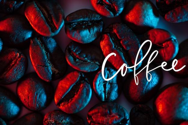 Рассеяние кофейных зерен на фоне, освещенном неоном