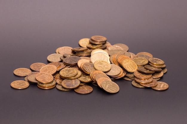 Россыпь монет на черной поверхности