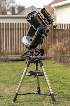 Телескоп шмидта-кассегрена на вилочном креплении, снабженный экваториальным клином и направляющим телескопом с рефрактором.