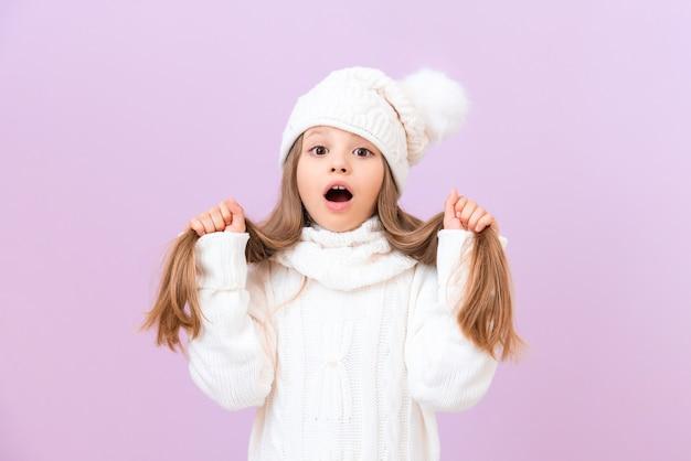 겨울 모자를 쓴 여학생이 손으로 머리를 잡고 깜짝 놀라 입을 열었다.