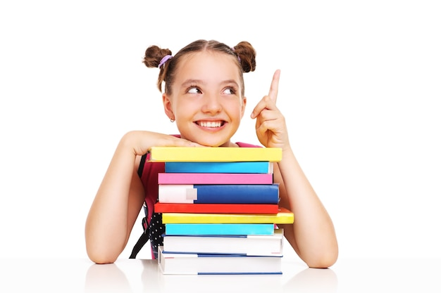 白い背景の上に何かを指している本を持つ女子高生
