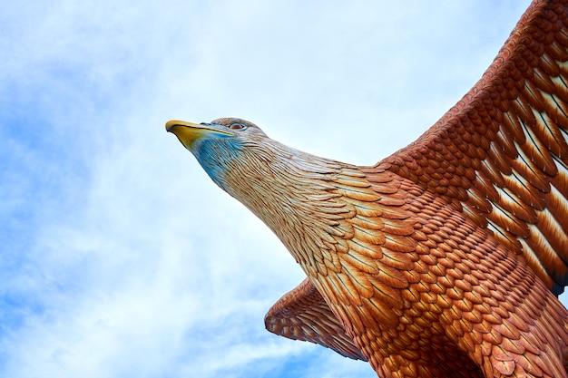 Скульптура красного орла, расправляющего крылья. популярное туристическое место на острове лангкави. лангкави, малайзия - 18.07.2020