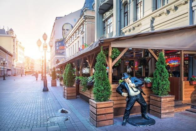 夏の朝、モスクワのアルバートにあるカフェのベランダにいる歌手の彫刻