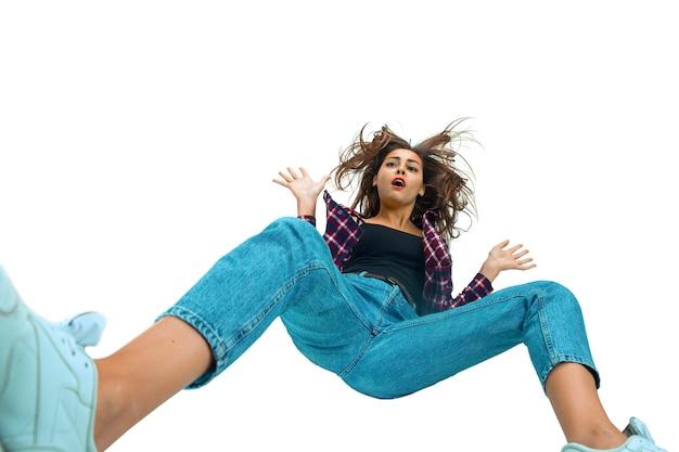 落ちる1秒前-明るい感情と表情で倒れる少女