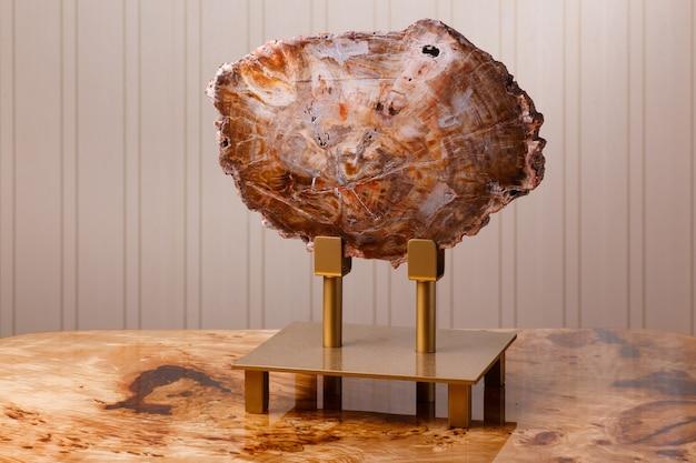 고대 석화 목재를 연마하고 에폭시 수지로 함침시킨 부분은 가정이나 사무실의 인테리어를 장식하는 데 사용됩니다.