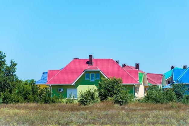 Часть красочных домов с террасами в приморском городке на западе страны