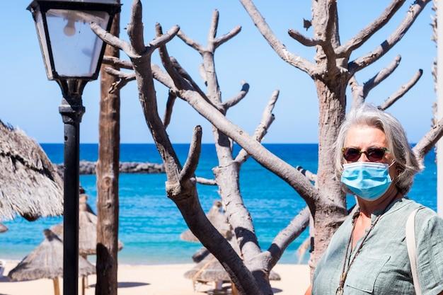 Covid-19로 인해 보호 마스크를 착용한 노인 여성