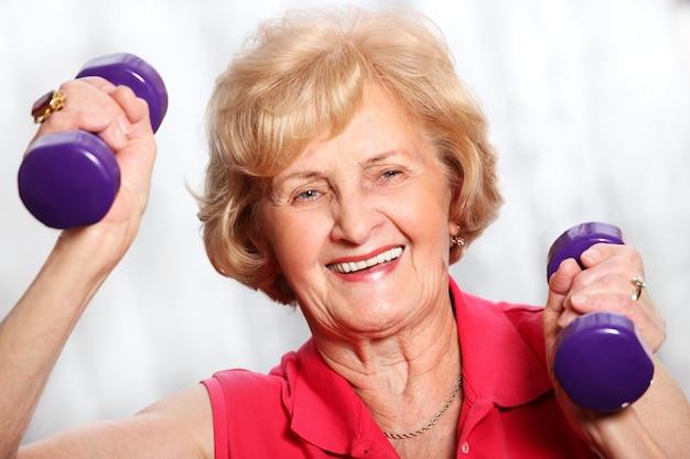 Старшая дама работает с весами на белом фоне