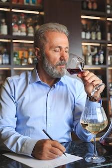 シニアソムリエが赤ワインを試飲しています。