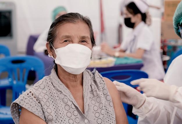 야전병원 의료진과 함께 코로나19 예방접종을 하러 간 여성