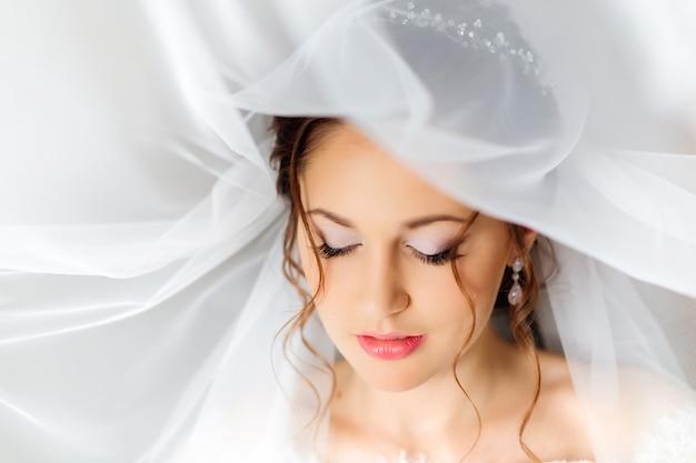 Чувственное фото девушки, которая закрыла глаза и имеет красивый макияж