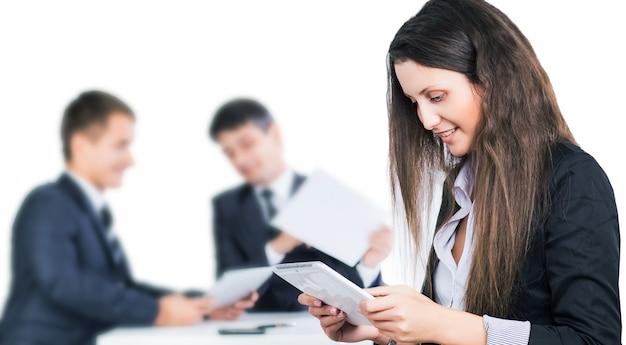 Серьезная встреча деловых людей в офисе. обсуждение и подписание договора. Premium Фотографии